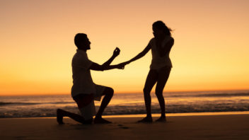 1582493104man-proposing-woman-seashore-beach_107420-10073-352x198.jpg