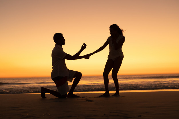 1582493104man-proposing-woman-seashore-beach_107420-10073.jpg