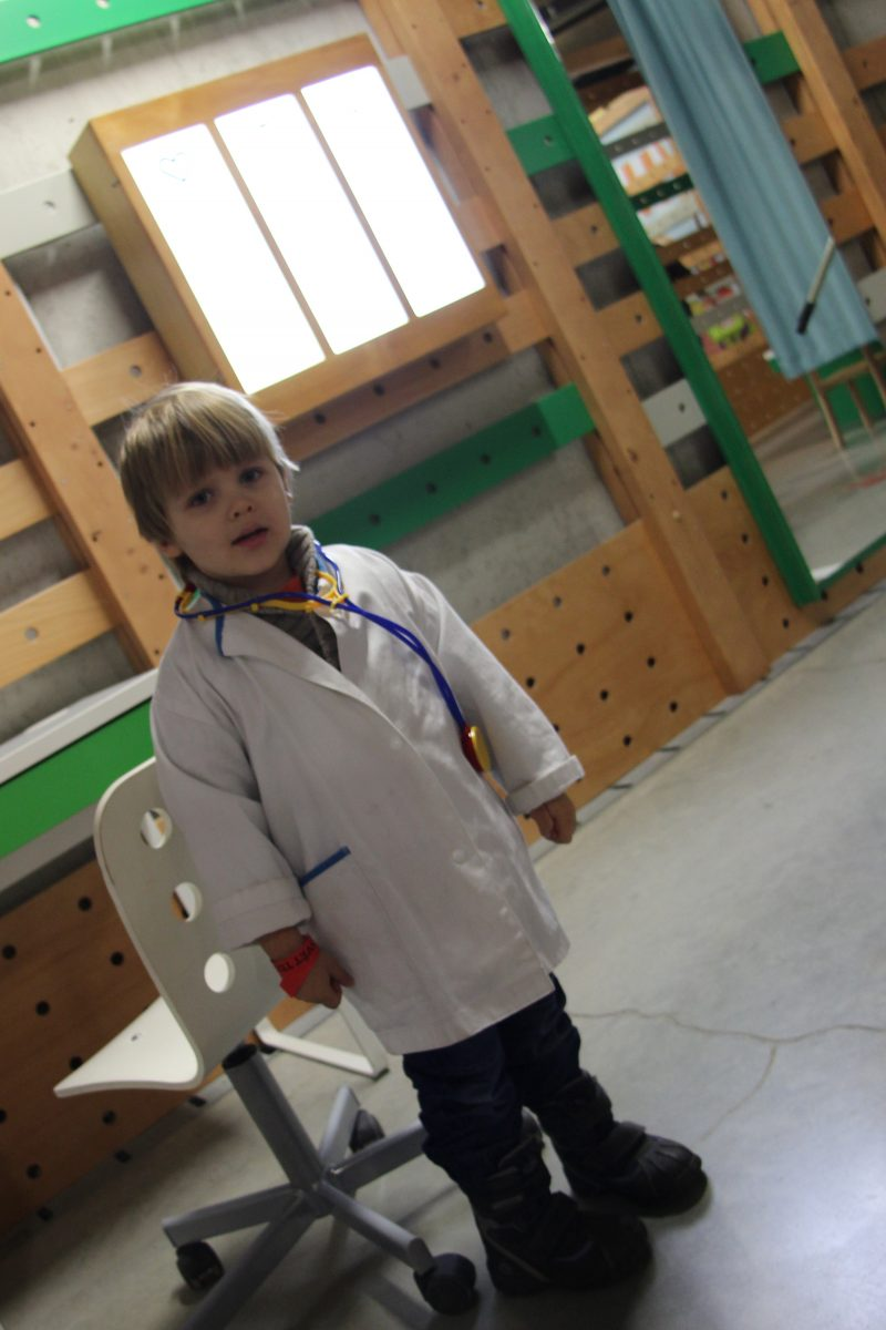 detsky_svet_v_kazde_casti_detskeho_sveta_si_deti_mohou_vzit_kostymy_a_vyzkouset_si_nejakou_profesi_treba_lekarskou-1200x1200.jpg