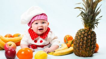 dite-batole-ovoce-kuchar-jidloistock_000023025158small-352x198.jpg
