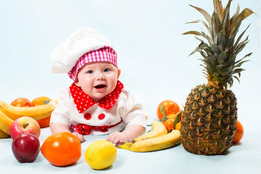 dite-batole-ovoce-kuchar-jidloistock_000023025158small.jpg