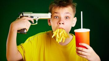 dite-fastfood-hranolky-limonada-pistole-istock_000009628637small-352x198.jpg