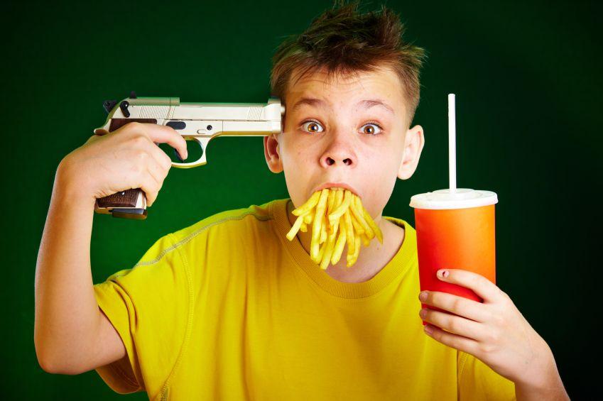 dite-fastfood-hranolky-limonada-pistole-istock_000009628637small.jpg