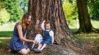 matka-dite-dcera-les-strom-priroda-istock_000026913710small-144x81.jpg