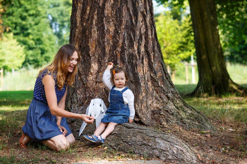 matka-dite-dcera-les-strom-priroda-istock_000026913710small.jpg