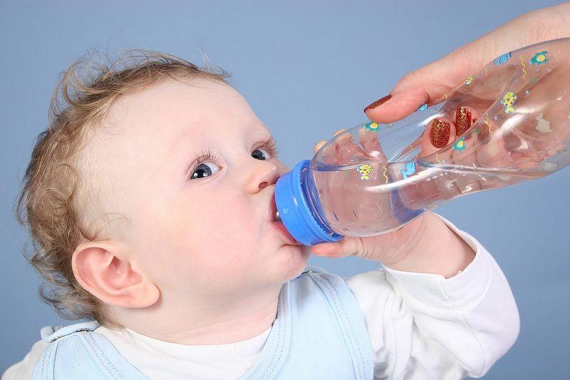 profimedia-kojenec_pije_vodu.jpg