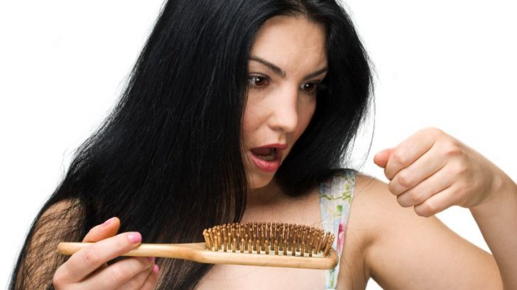 vlasy-padani-zena-hreben-istock_000012602061small-728x409.jpg