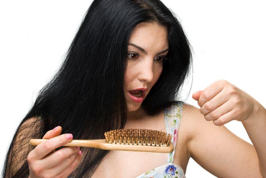 vlasy-padani-zena-hreben-istock_000012602061small.jpg