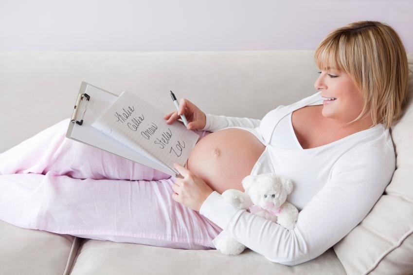 zena-tehotna-jmena-vyber-papir-rozhodovani-premysleni-istock_000015732317small.jpg