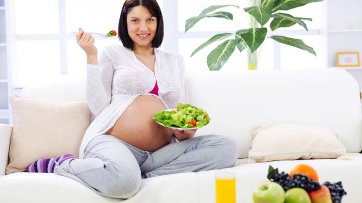 zena-tehotna-zelenina-salat-rajcata-srava-zdrava-vidlicka-pohovka-vyziva-istock_000012594578small-728x409.jpg