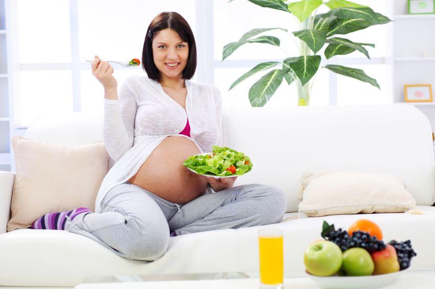 zena-tehotna-zelenina-salat-rajcata-srava-zdrava-vidlicka-pohovka-vyziva-istock_000012594578small.jpg
