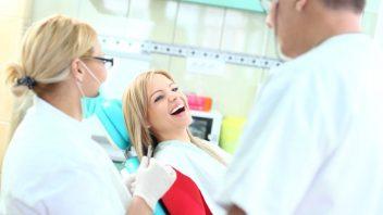 zubar-lekar-ordinace-prohlidka-prevence-sestra-zuby-istock_000023227464small-352x198.jpg