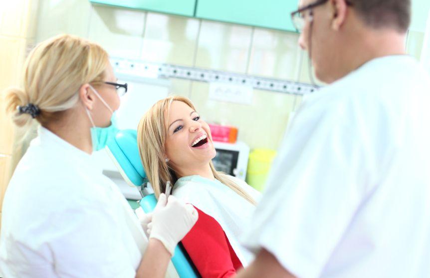zubar-lekar-ordinace-prohlidka-prevence-sestra-zuby-istock_000023227464small.jpg